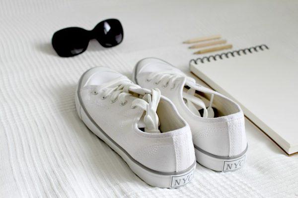 夏にピッタリお手軽なのに高見えするきれいめ白スニーカー